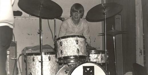 Achter het drumstel jaartal 1966